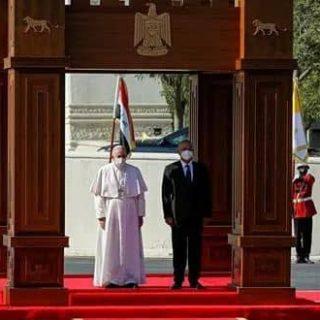 بابا الفاتيكان يطالب المجتمع الدولي بالعمل على تعزيز السلام في العراق وكل الشرق الأوسط .