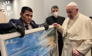 """""""أصغى له وبكى معه"""".. البابا فرنسيس يلتقي والد الطفل آلان الكردي"""